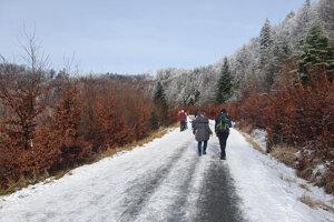 Na Kojšovskú hoľu vystúpili stovky turistov .