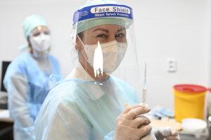 Na snímke zdravotníčka drží injekčnú striekačku s vakcínou počas očkovania proti ochoreniu COVID-19, s ktorým začali aj vo Fakultnej nemocnici v Trenčíne v utorok 5. januára 2021.