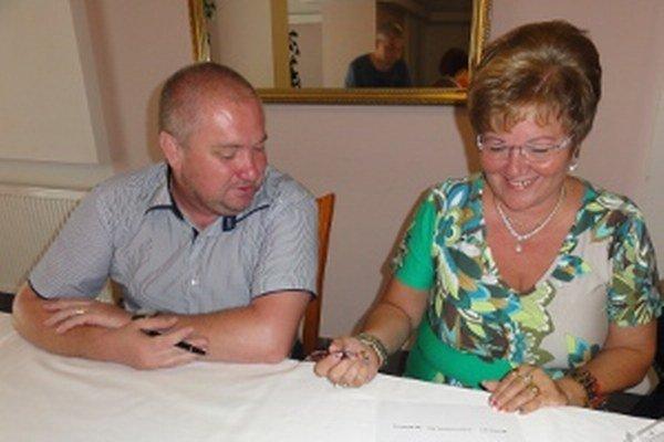 Marta Eckhardtová podpisuje zmluvu so Smerom a KDH, je spoločnou kandidátkou týchto strán na primátorku Zlatých Moraviec. Vedľa nej sedí Miroslav Kráľ z KDH.