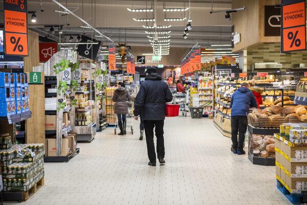 Najvýznamnejšia zložka maloobchodu - predaj v nešpecializovaných predajniach, teda hypermarketoch a supermarketoch - rástla.