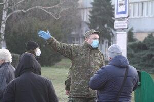 Vchod do nemocnice v Nových Zámkoch strážia a ľudí usmerňujú aj vojaci.