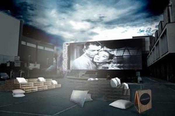 Takto by malo vyzerať letné kino pred Orbisom. Premietacie plátno prekrýva chátrajúcu budovu.