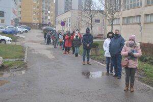 V sobotu krátko popoludní čakalo na testovanie pred odberným miestom v ZŠ Belehradská asi 30 ľudí.