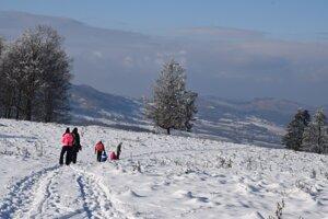 Cestou na vrch Javor aj priamo na ňom sme stretli niekoľko skupiniek turistov.