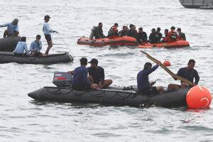 Záchranári hľadajú trosky lietadla.