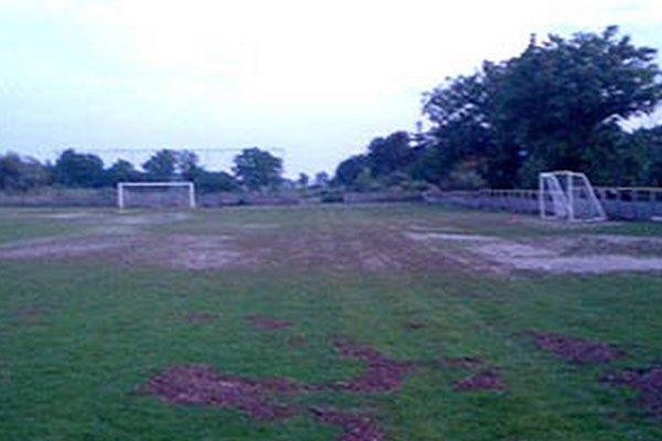 Na veľkej časti ihriska sú nánosy bahna.