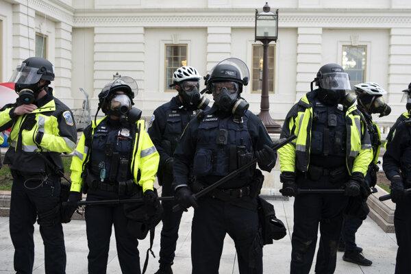Polícia v areáli Kapitolu vo Washingtone.