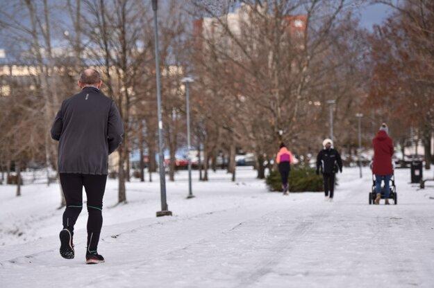 Ľudia športujú alebo sa prechádzajú pri Štrkoveckom jazere v bratislavskom Ružinove.