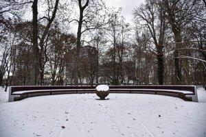 Zasnežené lavičky v Sade Janka Kráľa v bratislavskej Petržalke.
