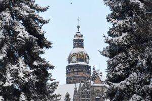 Zasnežená veža Dómu sv. Alžbety v Košiciach.