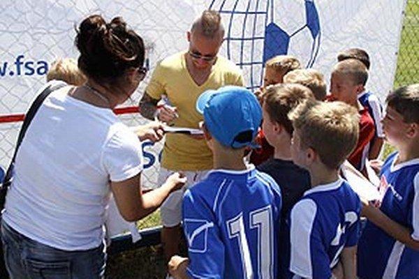 Miňo Stoch ochotne pózoval s deťmi a rozdával autogramy.