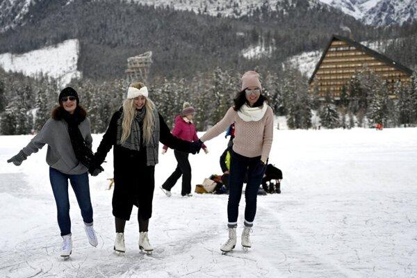 V zime sa ľudia na plesách aj korčuľujú.