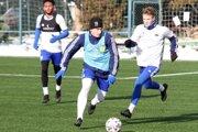 Sinan Kurt (vpredu) sa v dnešnom tréningovom zápase FC Nitra uviedol futbalovými parádami.