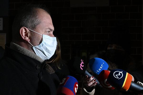 Člen vyšetrovacej komisie a poslanec NR SR Marian Kotleba (ĽSNS) hovorí k novinárom pred Nemocnicou pre obvinených a odsúdených v Trenčíne, kde prebiehala previerka špeciálnej komisie určenej na vyšetrovanie okolností samovraždy bývalého prezidenta Policajného zboru Milana Lučanského.