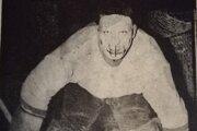 Jaroslav Hrabčák bol jedným z prvých hokejových brankárov na Slovensku, ktorí chytali s ochranou tváre.