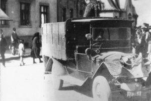 V Žiline, na križovatke ulíc Štefánikova a Dlabáčova, sa 12. júla 1929 zrazili dva nákladné automobily. Hoci obe autá boli značne poškodené, neopatrným vodičom sa nič nestalo.