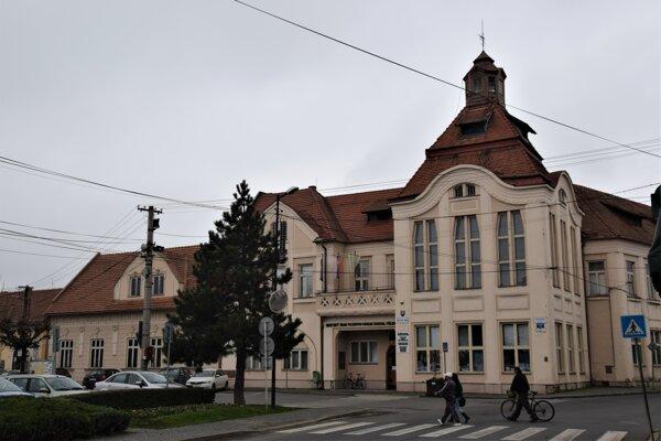 Koronavírusom sa doteraz nakazila tretina zamestnancov mestského úradu vo Fiľakove