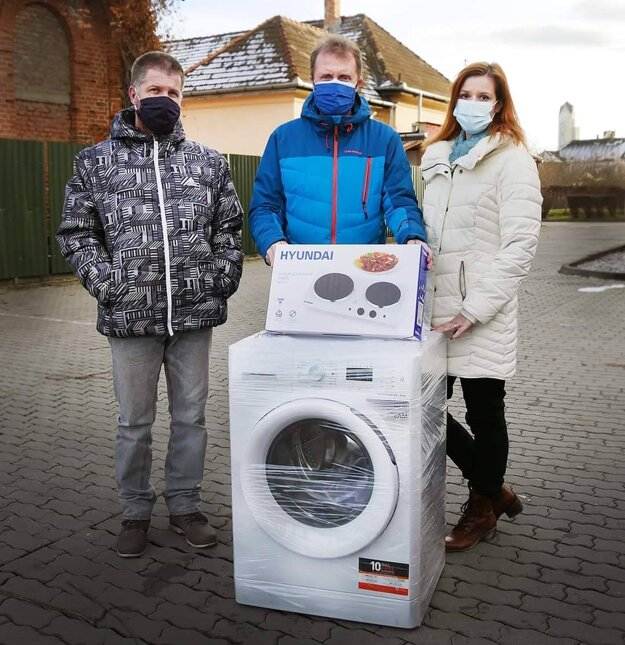 Sociálne slabšej rodine darovali aj nové elektrospotrebiče.