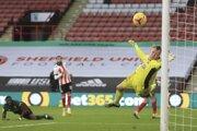 Tanguy Ndombele (na zemi) strieľa gól do siete Sheffieldu United.