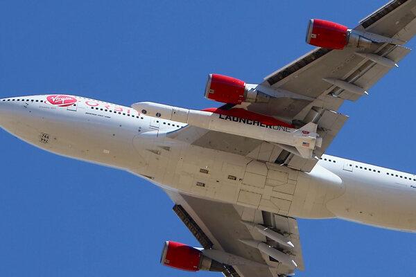 Raketa pri štarte z lietadla na únik z gravitácie spotrebuje menej paliva.