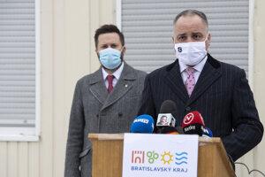 Predseda Bratislavského samosprávneho kraja (BSK) Juraj Droba a vľavo primátor hlavného mesta Bratislava Matúš Vallo.