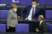 Minister financií Olaf Scholz (vpravo) v debate s kancelárkou Angelou Merkelovou a ministrom zdravotníctva Jensom Spahnom.