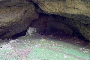 Portálový vchod do jaskyne Silická ľadnica .