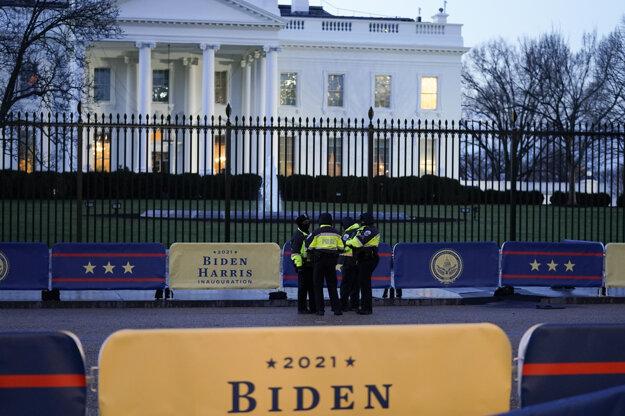 Bezpečnostní pracovníci pred budovou Bieleho domu.