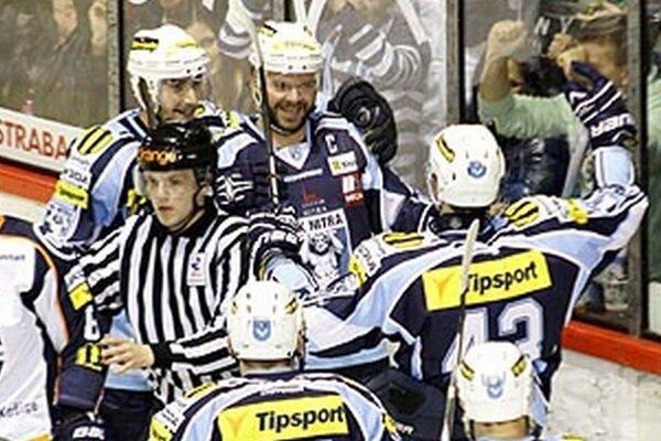 Skóre zápasu otváral Jozef Stümpel, keď dorážal strelu Richarda Mráza.