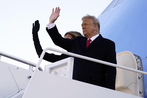Trump opustil Biely dom a odletel na Floridu.