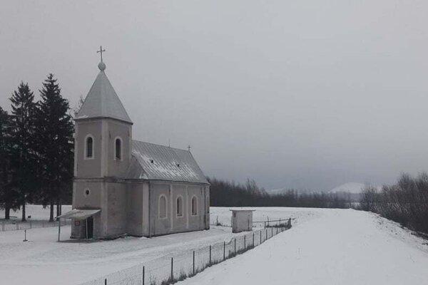 Kostolík pôsobí v zimnom období ako z rozprávky.