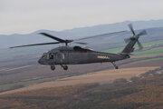 Vrtuľníky Black Hawk lietajú so študentami aj počas lockdowvnu. Slovak Training Academy zdôrazňuje, že to má odobrené hygienikmi.