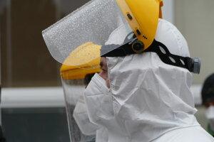 Poľský zdravotník počas celoplošného skríningu na ZŠ Námestie mladosti v Žiline.