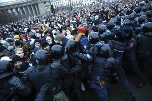 Protesty v Rusku sprevádza masívne zatýkanie.