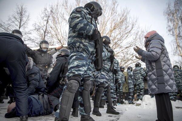 Policajti zatýkajú muža počas protestu proti väzneniu ruského opozičného lídra Alexeja Navaľného v Jekaterinburgu.