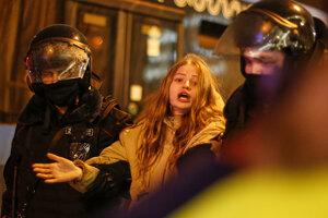 Moskovská polícia zadržala demonštrantku.