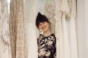 Zuzana Kedroňová založila svadobné štúdio Yoora, ktoré sa venuje tvorbe ekologických svadobných šiat.