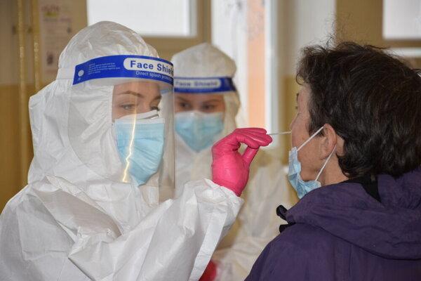 V Liptovskom Mikuláši malo cez víkend pozitívny test 52 ľudí.