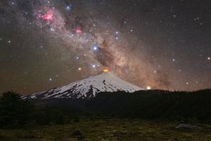 Na fotografii je možné vidieť úkaz slnečnej korony na oblohe.