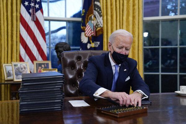 Biden podpísal niekoľko výkonných nariadení zameraných na boj proti otepľovaniu planéty.