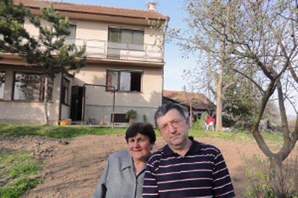 Manželia Belovci boli na bocianov zvyknutí odmalička a nechcú, aby z dediny odišli. Rozhodli sa, že si na strechu domu dajú namontovať podložku, na ktorej s trochou šťastia zahniezdia bociany.