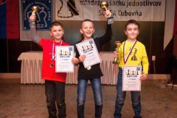 V strede Miroslav Krupa - majster SR v šachu v kategórii chlapcov do 8 rokov. Na 2. mieste skončil Šimon Šalgovič (vpravo) a Tomáš Lovčičan (vľavo) skončil tretí.