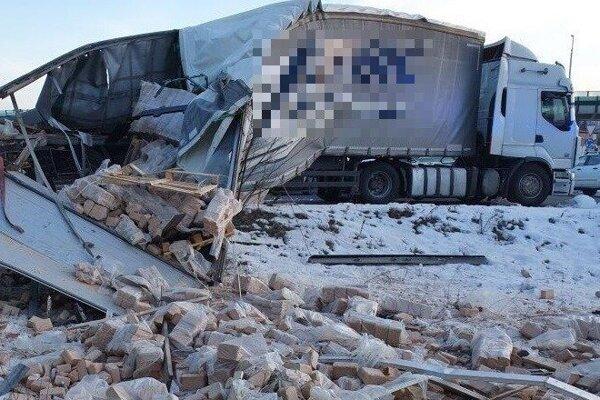 Kamión po zrážke s osobným vlakom.