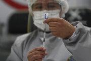 Zdravotník pripravuje dávku ruskej očkovacej látky Sputnik V.