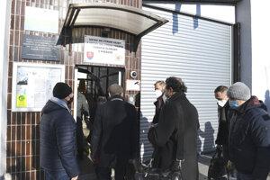 Poslanecká komisia pred návštevou väznice.