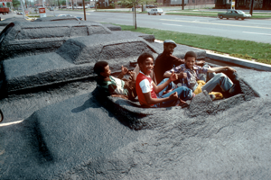 1977 - Študenti sediaci v zakopanom kabriolete.