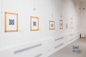 V galérii Art-Belarus zostali len prázdne steny, na ktoré umiestnili QR kódy.