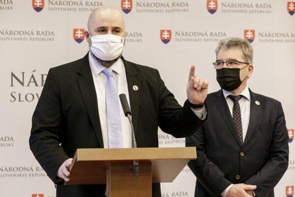 Zľava poslanec NRSR (Sme rodina) Patrick Linhart a poslanec a predseda Výboru NR SR pre pôdohospodárstvo a životné prostredie Jaroslav Karahut (Sme rodina).