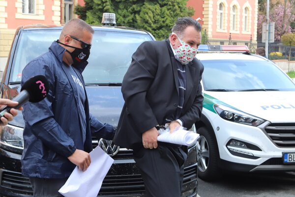 Juraj Kožuch v sprievode polície.