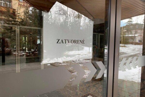 Takýto nápis zdobí viacero hotelov v Tatrách, tento je na hoteli Slovan.